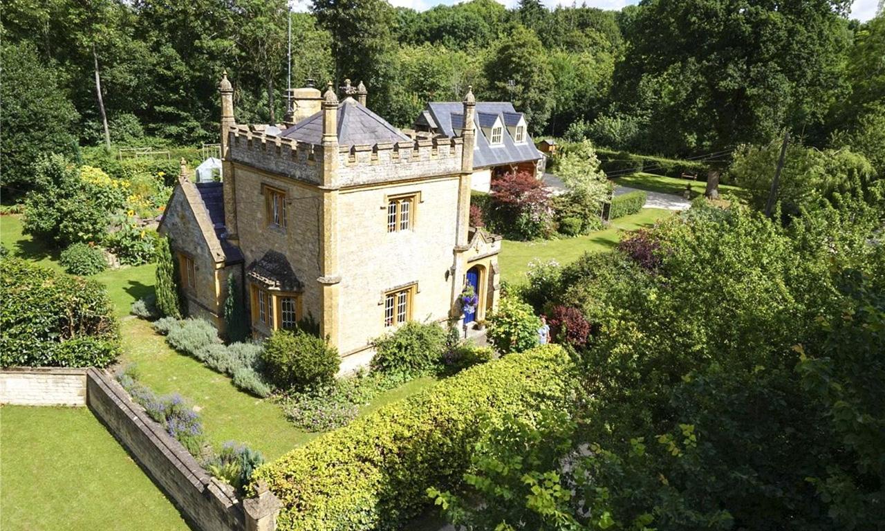 Купить замок в польше недвижимость regbnm жк официальный сайт санторини