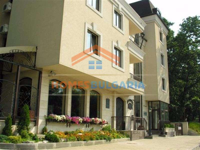 Сграда с апартаменти и ресторант